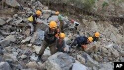 北韓工人救洪災資料照。