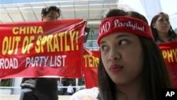 Protes anti Tiongkok di Manila terkait sengketa Spratly (foto: dok). Banyak perusahaan enggan mengajukan tawaran untuk eksplorasi minyak dan gas di Laut Cina Selatan karena sengketa teritorial yang melibatkan banyak negara.