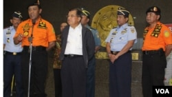 Wakil Presiden Jusuf Kalla dan Ketua Basarnas FHB Soelistyo jelaskan perkembangan hilangnya pesawat AirAsia di Kantor Basarnas, Minggu (28/12). (VOA/Fathiyah Wardah)