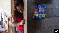 Paulina Gutierrez Alonzo, perempuan suku Quiche berusia 26 tahun, berdiri di rumah kakeknya setelah memberikan wawancara di Joyabaj, Guatemala, 26 Juli 2018. Gutierrez Alonzo dideportasi dari AS pada Juni dan terpisah dari anak perempuannya yang berusia 7 tahun, Antonia Yolanda Gomez Gutierrez. Antonia masih ditahan di pusat penahanan di Arizona.