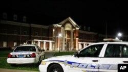 فائرنگ کے بعد برمنگھم کے ہف مین ہائی اسکول کے باہر پولیس موبائلز موجود ہیں۔