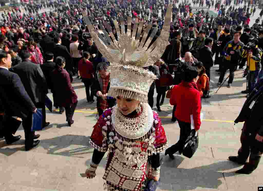 Predstavnica jedne kineske etničke skupine ispred Velikog doma naroda, nakon sesije kojom je u Pekingu otvoreno zasjedanje Nacionalnog narodnog kongresa Kine.