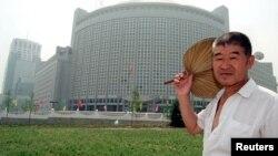 一位北京居民走过北京的中国外交部大楼(资料照片)