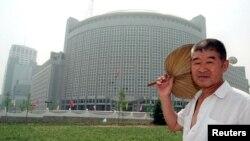 一位北京人走過北京東北部的外交部大樓
