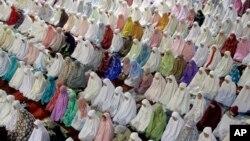 Perempuan Muslim Indonesia di Jakarta melakukan salat tarawih pertama di masjid Istiqlal hari Minggu malam (5/6).