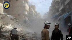 Các thành viên nhóm Phòng vệ dân sự Syria, còn gọi là Mũ bảo hiểm trắng, tìm kiếm trong các đống đổ nát ở Aleppo, Syria, 12/10/2016. (Ảnh: Mũ bảo hiểm trắng)