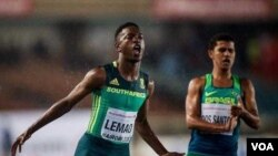 Kijana Tshenolo Lemao akimaliza fainali ya mita 100m kwa wavulana mjini Nairobi, Pembeni ni mshiriki Dos Santos kutoka Brazil.