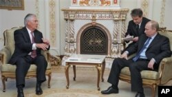 Le Russe Vladimir Poutine, à droite, lors d'un tête-à-tête près de Moscou avec l'Américain Rex Tillerson, alors patron d'Exxon Mobil, le 16 avril 2012.