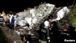 Nhân viên cứu hộ cạnh đống đổ nát của máy bay ATR-72 trên đảo Bành Hồ, Đài Loan, ngày 23/7/2014.