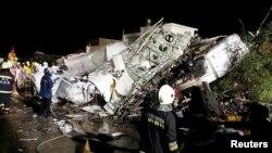 Pata petugas penyelamat mengamati bangkai pesawat TransAsia Airways penerbangan GE222 yang jatuh di Pulau Penghu, Taiwan (23/7). (Reuters/Wong Yao-wen)