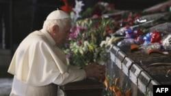 Папа Римский Бенедикт XVI во время посещения мемориала