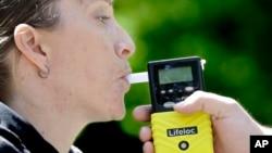 Alat breathalyzer digunakan untuk mendeteksi kandungan alkohol pada pengendara mobil (foto: ilustrasi). Owlstone Medical mengembangkan breathalyzer dengan masker untuk mendeteksi kanker.