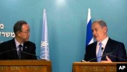 Sekjen PBB Ban Ki-moon (kiri) memberikan konferensi pers bersama PM Israel Benjamin Netanyahu usai pertemuan di Yerusalem hari Selasa (20/10).