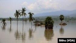 Hàng trăm ngàn người đã bị thất tán trong lúc nước sông tràn bờ tiếp tục làm ngập nhà cửa.