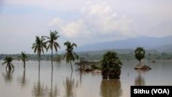미얀마에서 홍수로 집들이 물에 잠긴 모습
