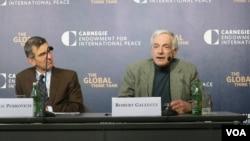 로버트 갈루치 전 미 국무부 북핵특사(오른쪽)가 28일 워싱턴의 카네기 국제평화재단에서 열린 토론회에 참석해 북한과의 핵 합의 조건들에 대해 설명하고 있다.