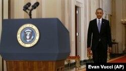 Tổng thống Obama bước đến bục để đọc diễn văn trước nhân dân Mỹ, ngày 10/9/2013.