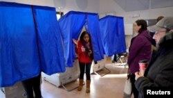 在賓夕法尼亞州的總統選舉日,一名選民投完票後離開投票機。 (2016年11月8日)