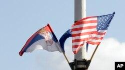 Zastave Srbije i SAD (arhivska fotografija)