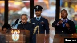 印度总统慕克吉在曼德拉追悼仪式上讲话时,冒牌手语翻译在主席台上胡乱比划。