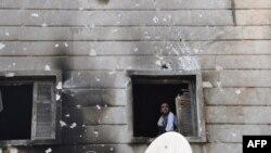 Chiến binh của Lực lượng Giải phóng Syria bên trong một đồn cảnh sát bị đốt cháy ở thành phố Aleppo, ngày 25/7/2012