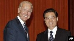 អនុប្រធានាធិបតីសហរដ្ឋអាមេរិក ចូ បៃដិន (Joe Biden) (ខាងឆ្វេង) ចាប់ដៃជាមួយប្រធានាធិបតីចិន Hu Jintao មុនពេលជំនួបប្រជុំនៅឯ Great Hall of the People ក្នុងក្រុងប៉េកាំង នៅថ្ងៃទី១៩ សីហា ២០១១។