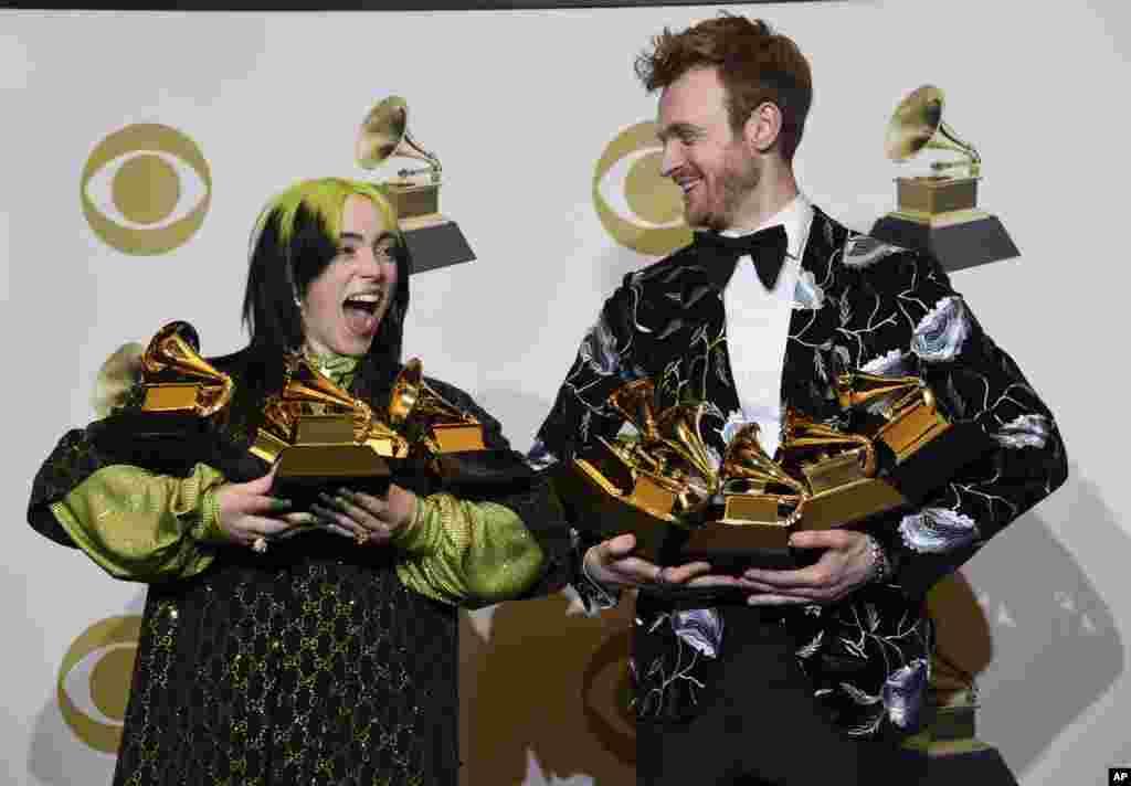 តារាចម្រៀង Billie Eilish និងតារាចម្រៀង Finneas O'Connell ឈរថតជាមួយនឹងពានរង្វាន់ Grammy Award នៅមជ្ឈមណ្ឌល Staples Center ក្នុងក្រុង Los Angeles កាលពីថ្ងៃទី២៦ ខែមករា ឆ្នាំ២០២០។