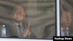 지난 9일 브라질 리우데자네이루 삼보드로무 경기장에서 열린 북한 강은주의 여자양궁 개인전 32강 경기를 관전하고 있는 최룡해(왼쪽) 북한 노동당 중앙위원회 부위원장.