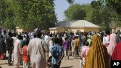 Les gens se rassemblent à l'extérieur de l'hôpital général où les filles kidnappées par Boko Haram sont soignées, à Dapchi, au Nigeria, le 21 mars 2018.