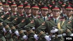 Parade militer pasukan Tiongkok di Beijing (foto: dok.). Kasus mata-mata memalukan bagi Beijing yang dibahas Jenderal Tiongkok justru beredar luas di internet.