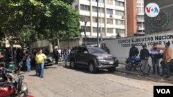 Miembros de la Asamblea Nacional liderada por Juan Guaidó denuncian el uso de la fuerza para impedirles el acceso al recinto legislativo. FOTO: Carolina Alcalde - VOA.