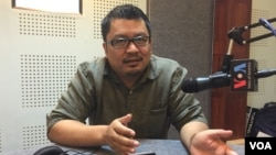 Ou Virak, head of Future Forum, talks about the political relationship between CPP and CNRP in VOA studio, Phnom Penh, Cambodia. (Phorn Bopha/VOA Khmer)