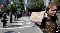 Čovek na protestu grupa koje podržavaju pravo na nošenje oružja (Foto: AP/Ted S. Warren)