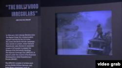 سرباز آمریکایی روی تانک در حال فیلمبرداری - نمایشگاه «فیلمبرداری از اردوگاه ها» در موزه هولوکاست لس آنجلس