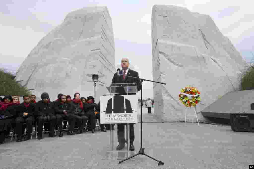 Menteri Keamanan Dalam Negeri Jeh Johnson berpidato sebelum upacara pemberian karangan bunga di Memorial Martin Luther King, Jr. dalam peringatan hari lahir pemimpin hak-hak sipil itu di Washington (19/1). (AP/Jacquelyn Martin)