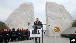 Washington'da Martin Luther King anıtı önünde düzenlenen törende İç Güvenlik Bakanı Jeh Johnson konuşma yaparken