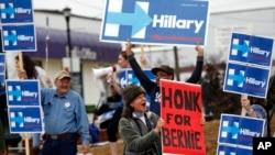 អ្នកគាំទ្រលោក Bernie Sanders អបអរសាទរក្នុងចំណោមអ្នកគាំទ្រលោកស្រី Clinton នៅក្រៅសកលវិទ្យាល័យច្បាប់ South Carolina។