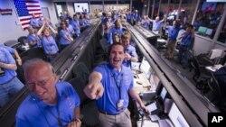 미국 NASA 탐사로봇 큐리오시티의 성공적인 화성 착륙을 지켜보며 환호하는 제트추진 연구소 주제어실 연구원들.