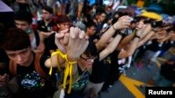 Người biểu tình nắm tay nhau tại Quảng trường Bauhinia Golden ở Hong Kong.