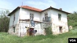 Kuća iz koje treba da se iseli Milica Apostolović (Foto: VOA)