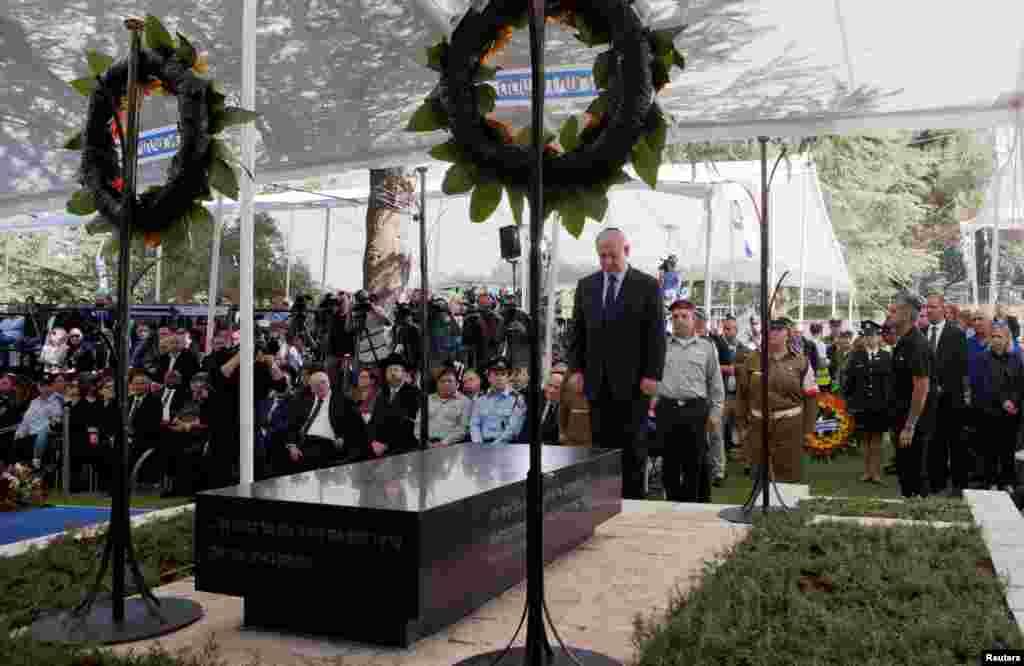 ادای احترام بنیامین نتانیاهو، نخست وزیر اسرائیل، در مراسم سی ام فوت شیمون پرز، رئیس جمهور سابق آن کشور.