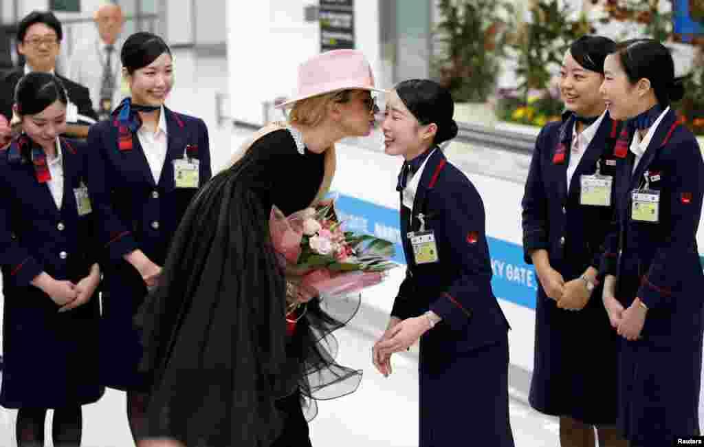 តារាចម្រៀង Lady Gaga ថើបបុគ្គលិកក្រុមហ៊ុនអាកាសចរណ៍ Japan Airlines (JAL) នៅពេលនាងទៅដល់ព្រលានយន្តហោះអន្តរជាតិ Narita ក្នុងក្រុង Narita ប្រទេសជប៉ុន។
