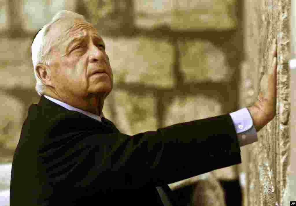 2001 год. Премьер министр Израиля Ариэль Шарон у «Стены Плача» в Иерусалиме