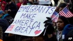 Los que apoyan las nuevas directrices del presidente Trump argumentan que los inmigrantes vienen a EE.UU. a quitarle trabajo a los ciudadanos y a los residentes legales.