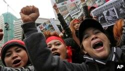 Para pekerja migran di Hong Kong dalam aksi protes menentang kekerasan terhadap seorang ART Indonesia di sana (foto: dok).