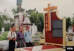 Thày tôi, đứng giữa, trong một lần cùng họ hàng ngoài Bắc đi thăm mồ mả tổ tiên ở Nam Trực, Nam Định trong thập niên 2000 (Ảnh gia đình)