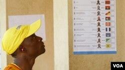Eleitor angolano numa assembleia de voto (Arquivo)