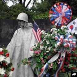 首尔大学商学院63届毕业生敬献花圈,向美军将士致敬