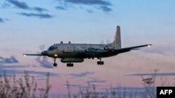 ພາບຖ່າຍເມື່ອ ວັນທີ 23 ກໍລະກົດ 2006 ສະແດງໃຫ້ ເຫັນຮູບເຮືອບິນ IL-20M (Ilyushin 20m) ຂອງຣັດ ເຊຍ ບິນລົງຢູ່ທີ່ແຫ່ງ ບໍ່ຮູ້ຈັກທີ່ຕັ້ງ.