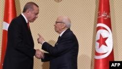 Le président turc Recep Tayyip Erdogan et son homologue tunisien Béji Caïd Essebsi, à Tunis, le 27 décembre 2017.
